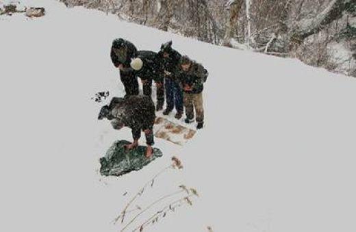 Sholat di atas dinginnya salju