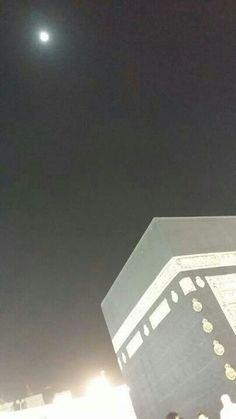Foto bulan purnama di atas Ka'bah, Mekah.