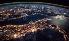 Foto bumi dari luar angkasa, dari stasiun ruang angkasa ISS memperlihatkan bentuk muka bumi yang bulat. ISS di atas Italia.
