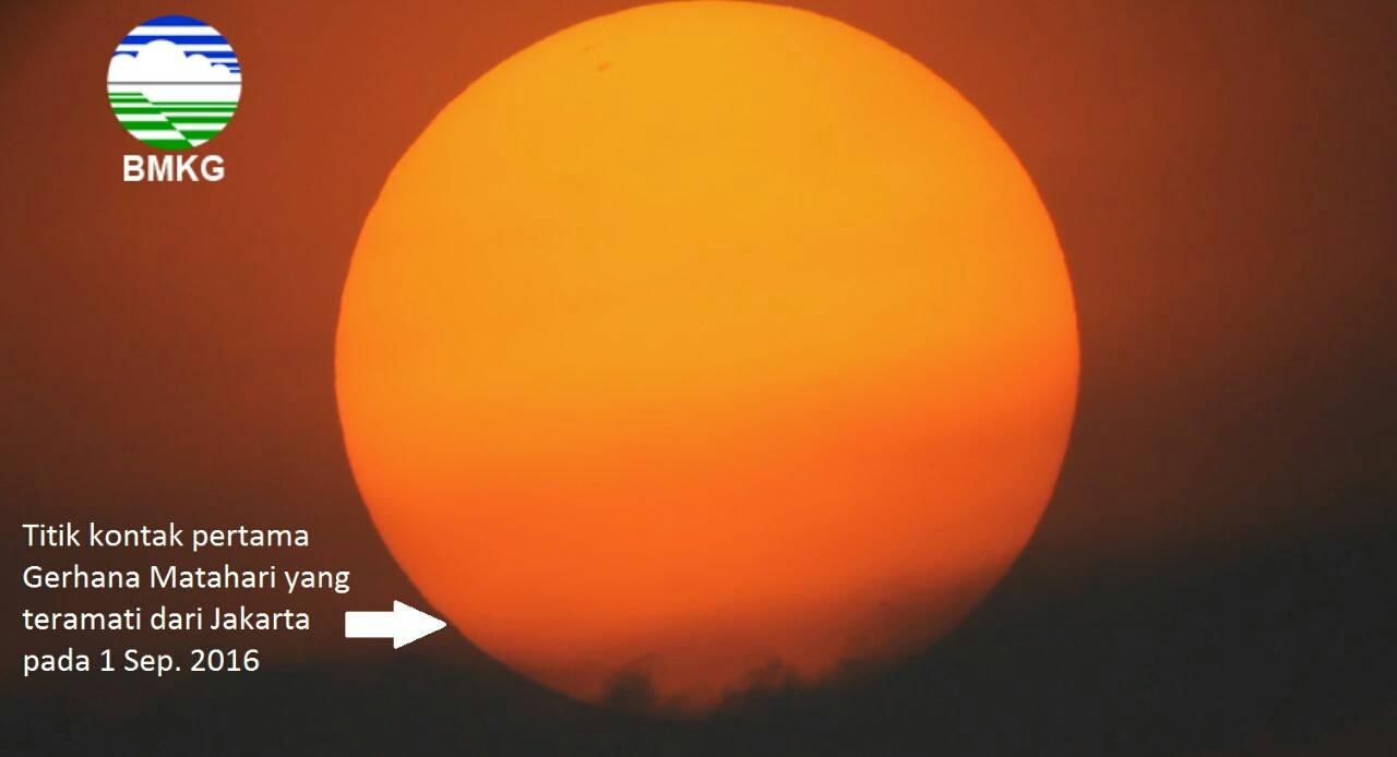 BMKG di Jakarta hanya berhasil merekam kontak pertama wajah bulan yang mulai menutupi matahari.