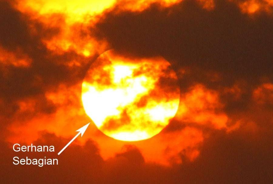 Pak Mukhlas Arkanudin berhasil memfoto gerhana matahari dari Pantai Parang Kusumo, Yogyakarta, 1 September 2016.