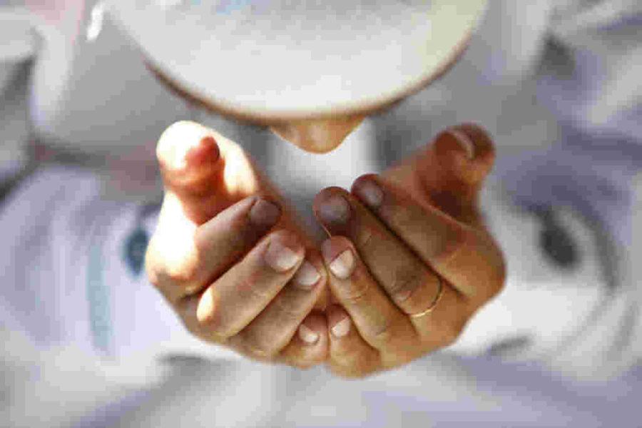 Muslim sedang berdoa, memohon kepada Allah dengan aneka permintaan sesuai yang diajarkan oleh Nabi Muhammad.
