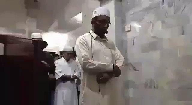 Imam tetap sholat di tengah guncangan Gempa Lombok.