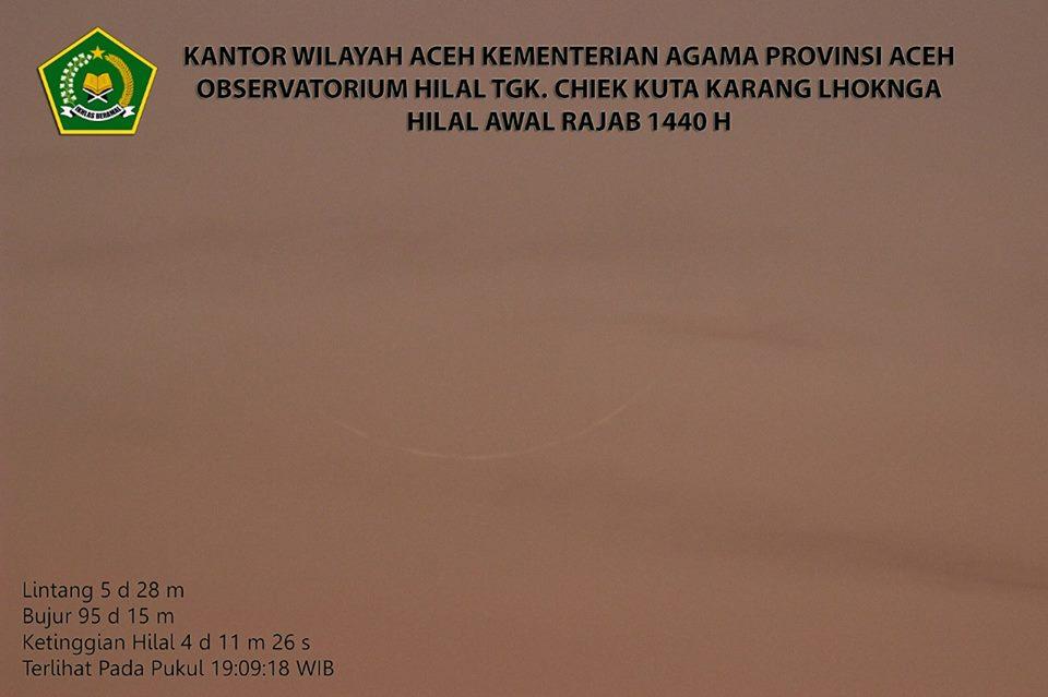 Foto bulan sabit tipis (hilal) 1 Rajab 1440 H dari Lhoknga, Aceh. Foto diambil petang hari Kamis, 7 Maret 2019.