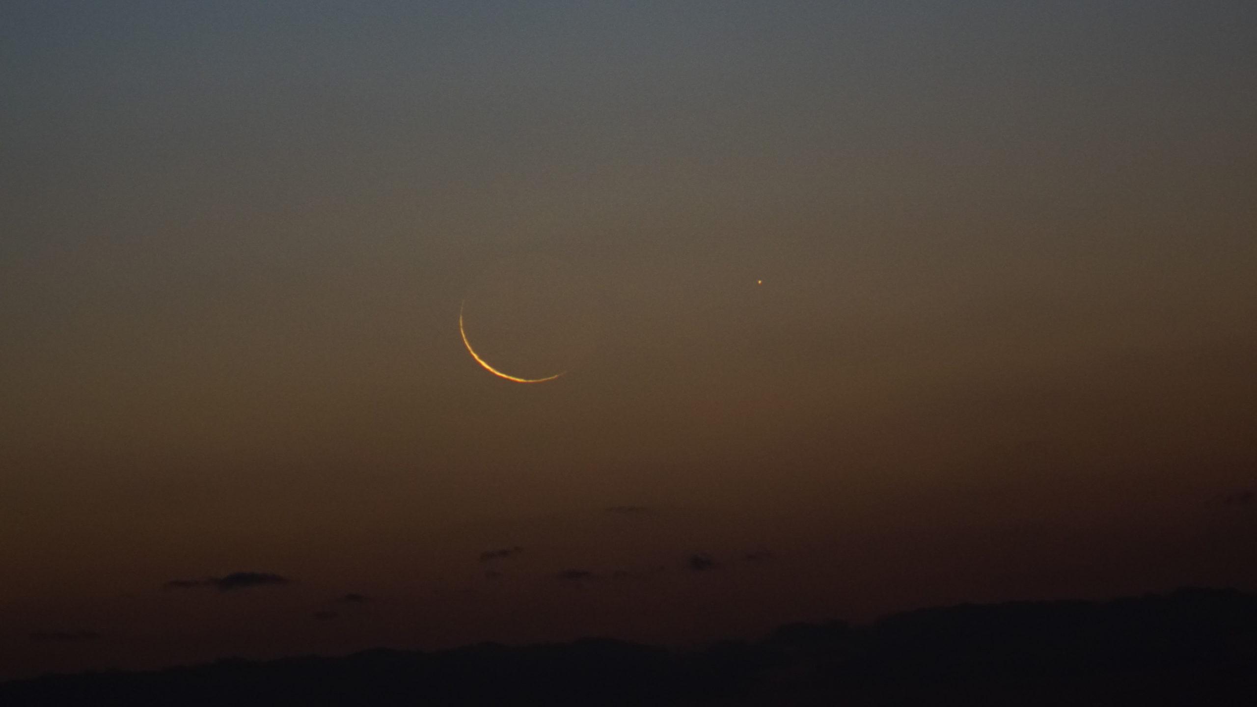 Foto bulan sabit tipis 1 Jumadil Awal 1441 Hijriyah dari Fremantle, Australia Barat pada petang hari Jumat, 27 Desember 2019.