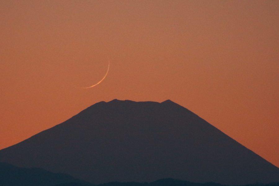 Foto bulan sabit (hilal) Jumadal Akhirah 1442 H pada petang hari Kamis, 14 Januari 2021 dari Gunung Fuji, Jepang.