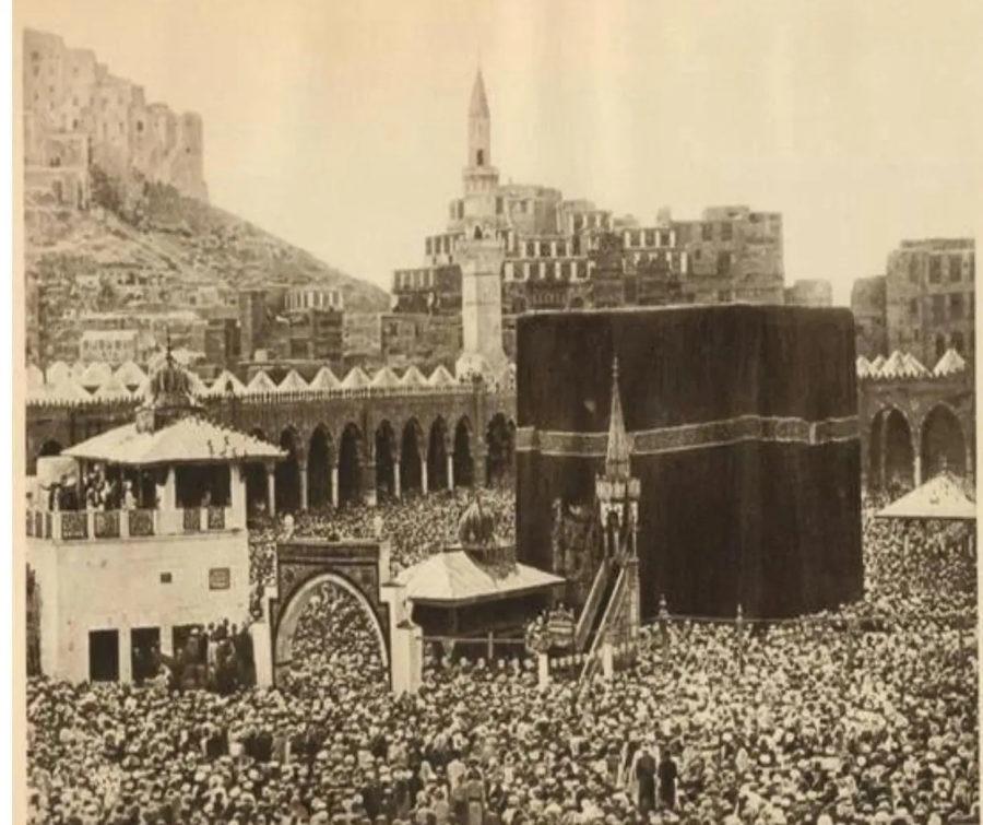 Foto Ka'bah pertama, foto jadul suasana haji . Difoto oleh Mohammed Sadiq Bey tahun 1880 M.