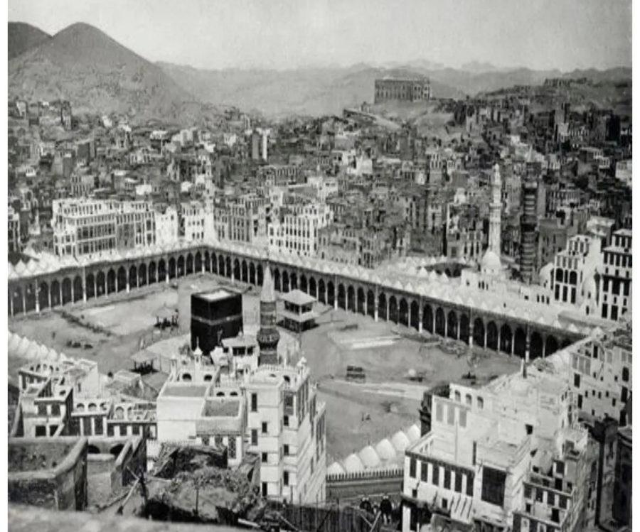 Foto Ka'bah pertama, hitam putih dari ketinggian. Difoto oleh Mohammed Sadiq Bey tahun 1880 M.